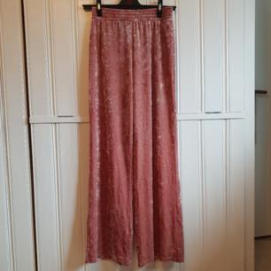 Superhärliga mjuka byxor i rosa sammet. Nästan aldrig använda så de är i väldigt fint skick! 40kr+frakt