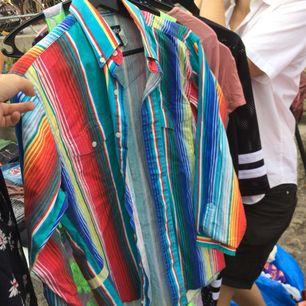 Färgglad vintage skjorta i styvt tyg