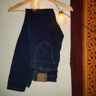 Blåa skitsnygga low waist jeans från Blue rags, nyskick. De är i modellen super skinny och är stretchiga. Jag har storlek 36 men passar lika bra en 34a. Möts upp i Malmö eller fraktar mot att köparen betalar frakt🌻