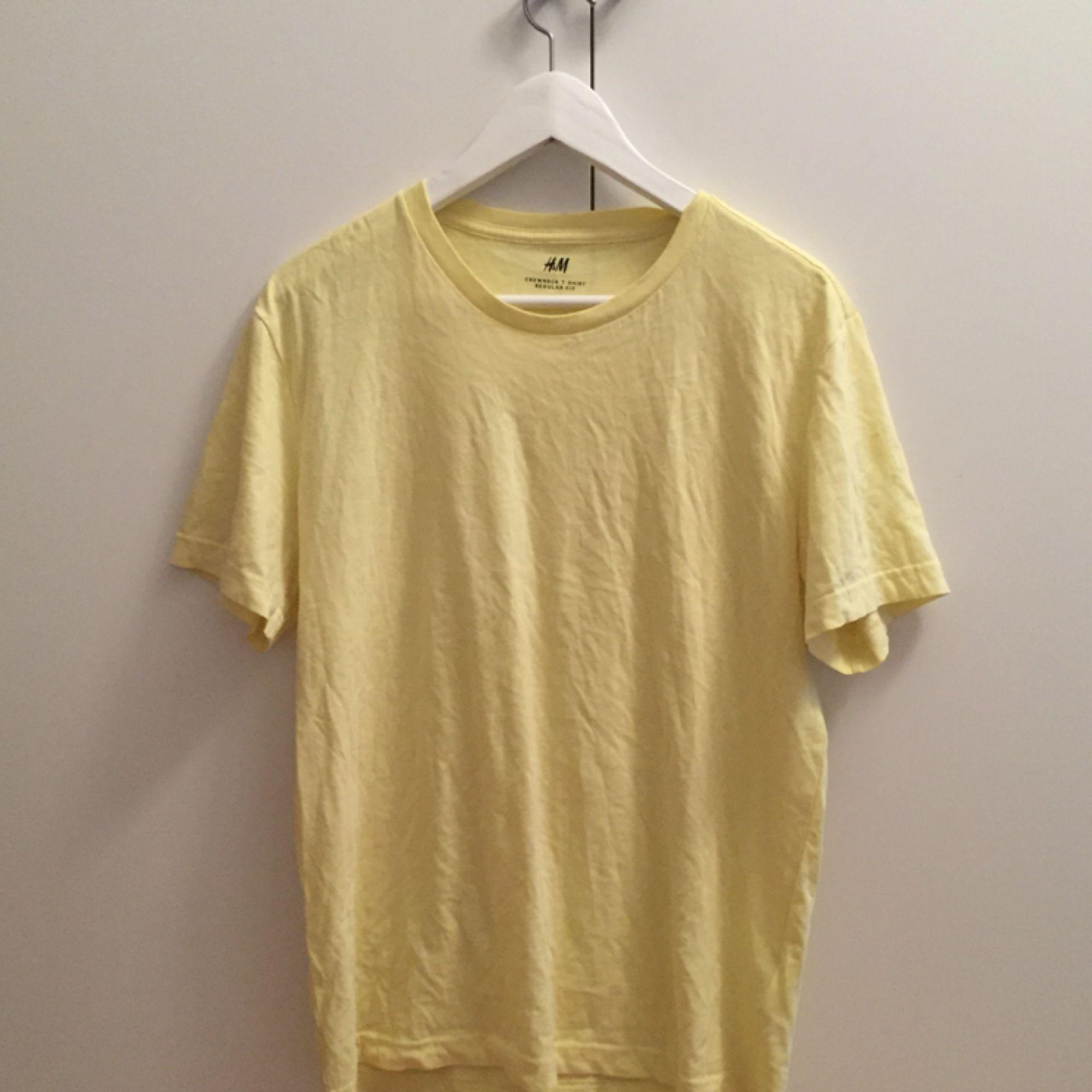 gul t-shirt från h&m! väldigt mysig. T-shirts.