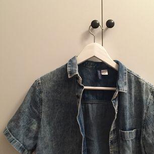 kortärmad jeansskjorta från h&m :))