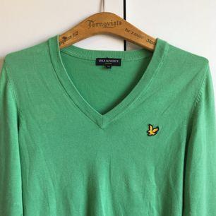 Grön v-ringas tröja från Lyle & Scott Vintage Sparsamt använd! Pris går att diskutera!