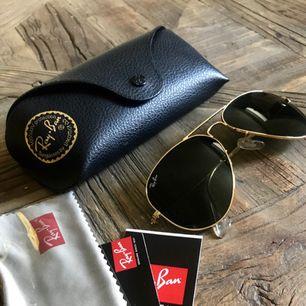 RB 3025 str S8 Färg: L 0205  Säljer mina helt oanvända solglasögon.  Kvitto finns för uppvisning.  Finns att hämta upp i Stockholm City. Kan du inte mötas upp kan jag posta dem mot fraktkostnad.  Obs! Ligger även ute på andra sidor.