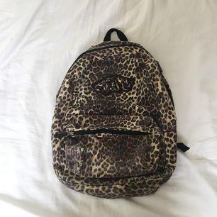 Sliten MEN jävligt snygg väska från vans, priset är högt då jag tycker väskan är snygg som sliten men priset går ofc att diskuteras :)