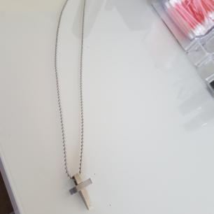 Halsband med kort säljs billigt.