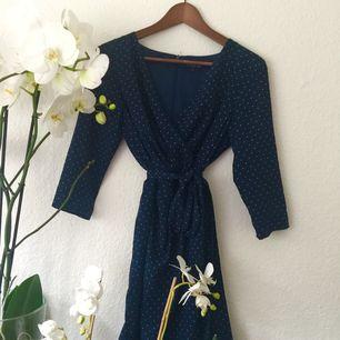 Knälång klänning. Perfekt för fancy tillfällen!🎉 Storlek 40 men jag som XS kan använda den. Köparen står för frakt 💌