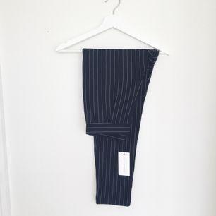 Helt oanvända kostym liknade byxor, lapparna sitter kvar  Frakt tillkommer på 54 kr, kan skicka det spårbart för 122 kr. Ansvarar ej för postens hantering.