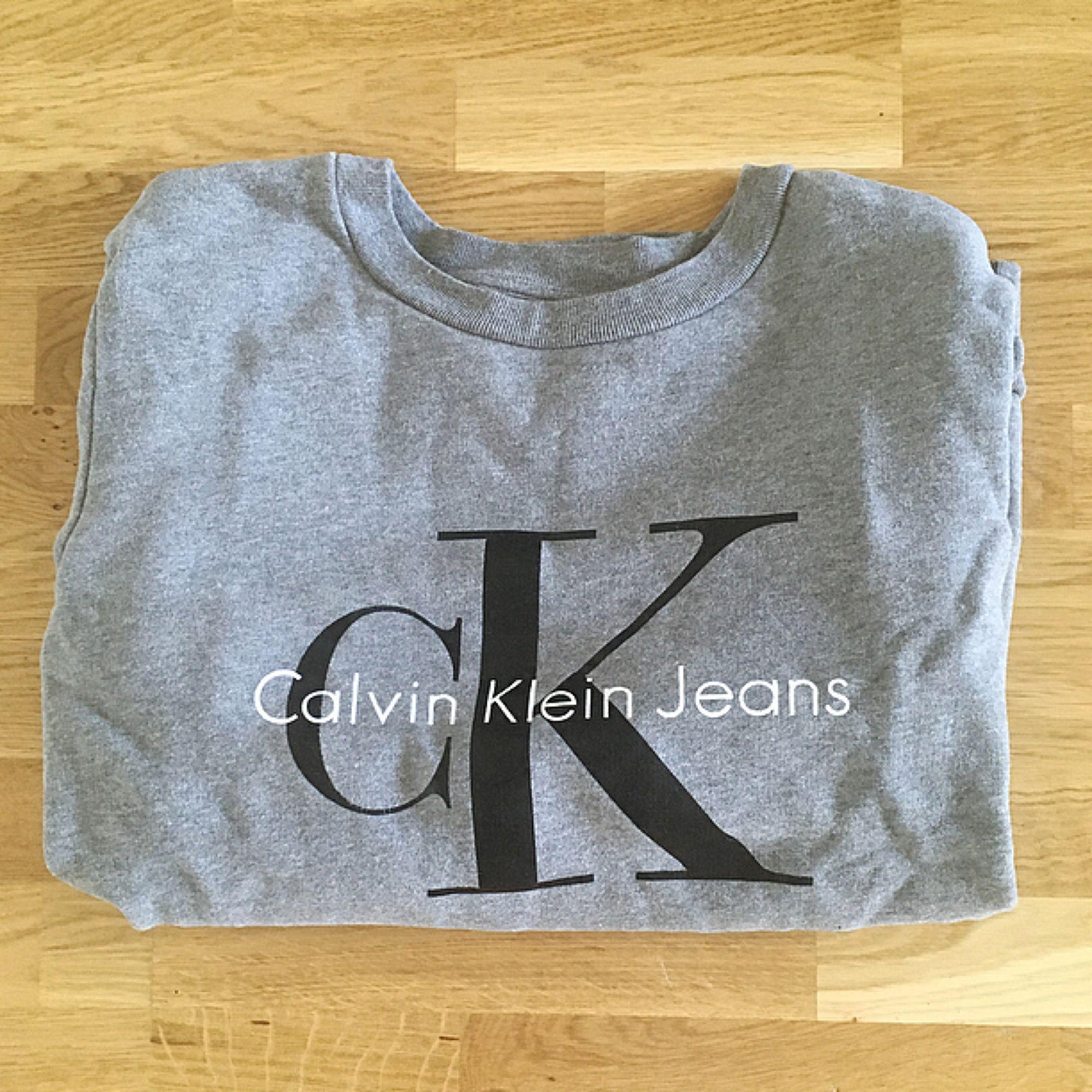 Sweatshirt från Calvin Klein. Använd ett fåtal gånger, alltså i jättefint skick! ☀️ Köparen står för ev fraktkostnad 💌. Huvtröjor & Träningströjor.