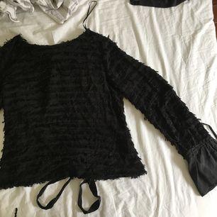 Mönstrad topp från Zara i strl S med öppen rygg som knyts bak. Svårt att ta bild på ryggen men kan skicka bild om det önskas!