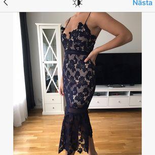 Elegant klänning säljes, endast använd fåtal timmar, nypris 749kr- säljes 400kr Storlek 36