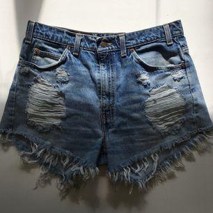 Perfekta levis-shorts som tyvärr är lite förstora för mig! Jättefin slitning och perfekt modell. Passa på!! Frakt tillkommer. Passar ca storlek 30-32 bäst skulle jag tro.