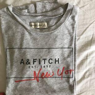 T-shirt i ljusgrå från Abercrombie & Fitch. Strl XS