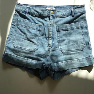 Jättefina shorts i lite retro modell från h&m. Hög midja. Bra skick! Frakt tillkommer