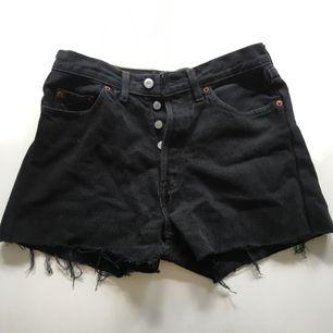 Fina shorts från levis. Storleken passar någon med storlek 29-31 skulle jag tro.  Frakt tillkommer.