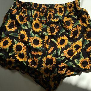 Superfina somriga shorts från monki med härliga solrosor på! Sällan använda så i fint skick!  Frakt tillkommer