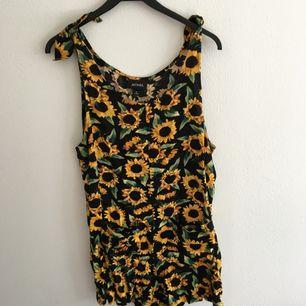 Jättefin byxdress/jumpsuit från monki med solrosor på! Hur härlig som helst men har tyvärr mest legat i garderoben :(  Hoppas någon kan ge den ett kärleksfullt hem!!