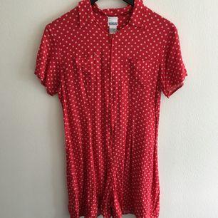Röd byxdress med vita prickar köpt second hand. Superfin verkligen! Passar storlek s-m beroende på hur man vill att den ska sitta. Fin med litet skärp i midjan! Frakt tillkommer