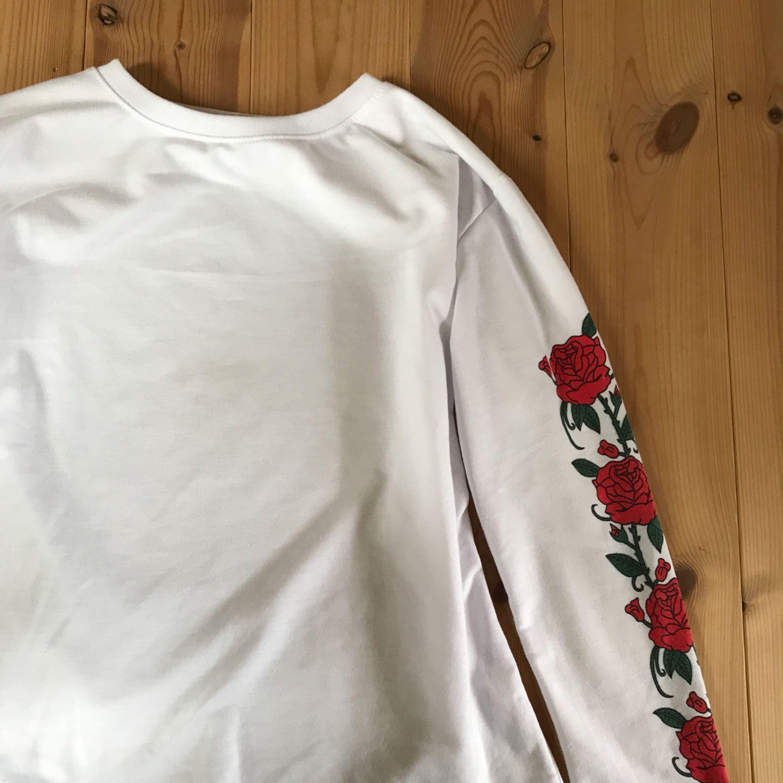 En snygg vit långärmad tröja med härliga rosor och annat brodyr på ärmarna! :) frakt ingår . Huvtröjor & Träningströjor.