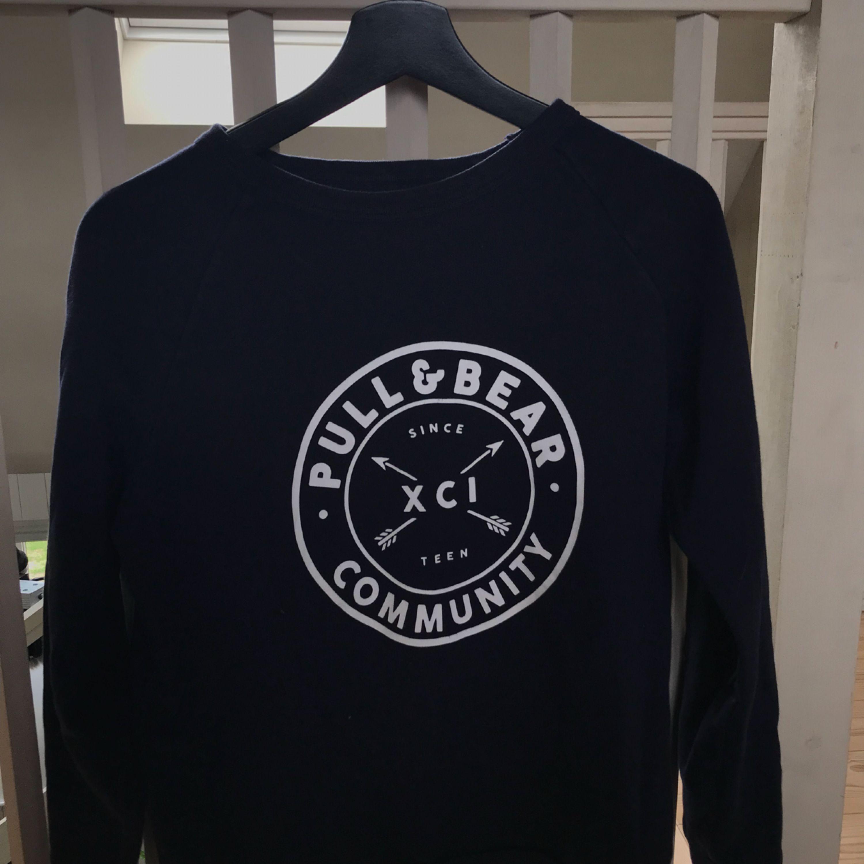 Snygg lite tjockare tröja från Pull&Bear och är i färgen marinblå :) . Huvtröjor & Träningströjor.