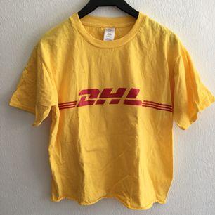 Skojig DHL t-shirt. Sparsamt använd!  Avklippt längst ner men inte crop-toppigt.