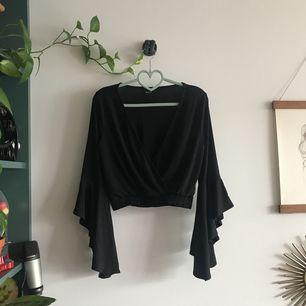 Fin svart blus med trumpetärm, använd en gång.