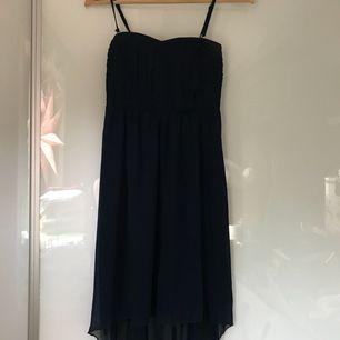 d875353ac196 Superfin marinblå klänning från märket VILA. Klänningen är låg bak och lite  högre fram och
