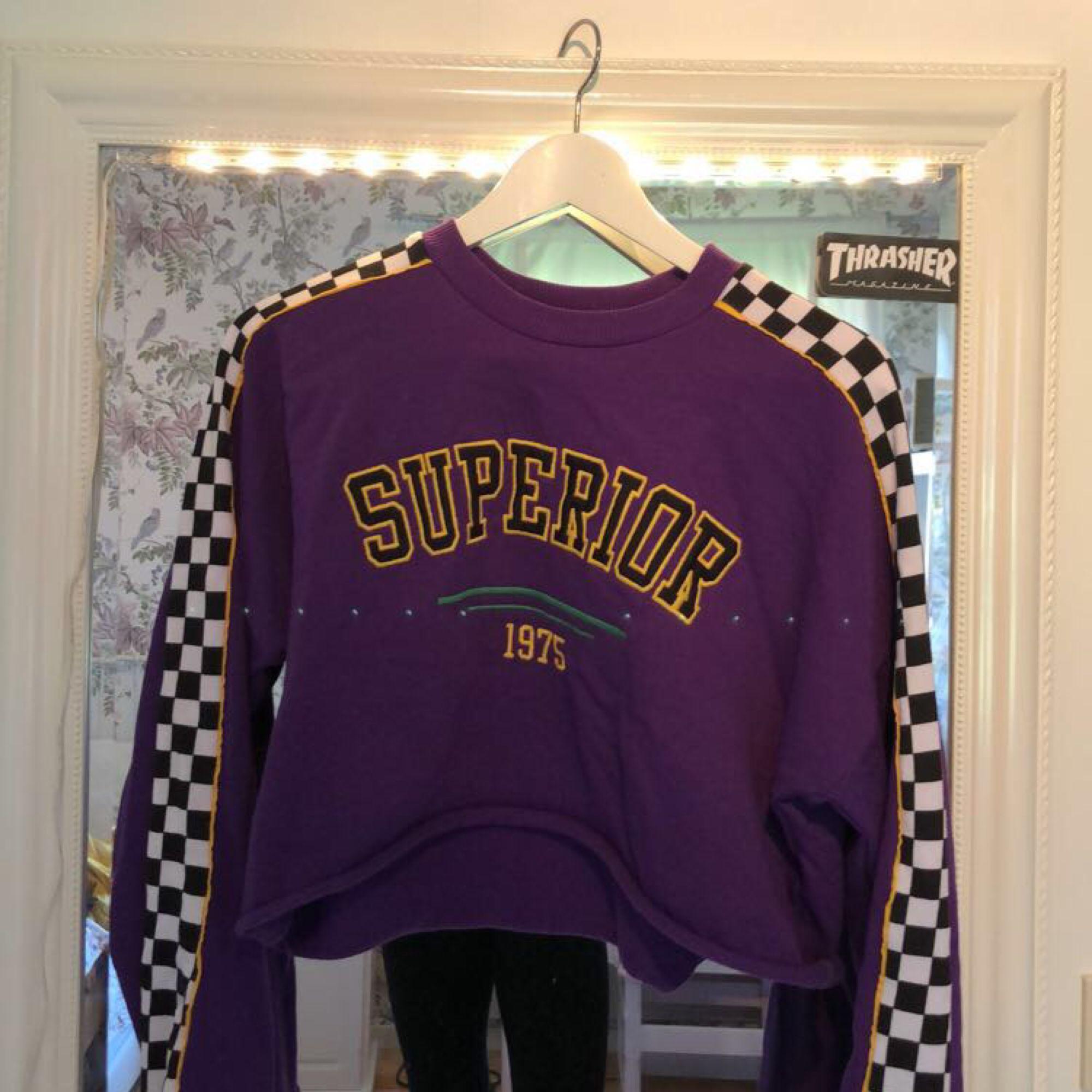 Fin lila croppad tröja med utsvängda armar ifrån H&M, använd fåtal gånger. 🌸 Säljer pga den inte passar min stil riktigt längre och kommer därför aldrig till användning :( Priset är 50kr + frakt. Huvtröjor & Träningströjor.