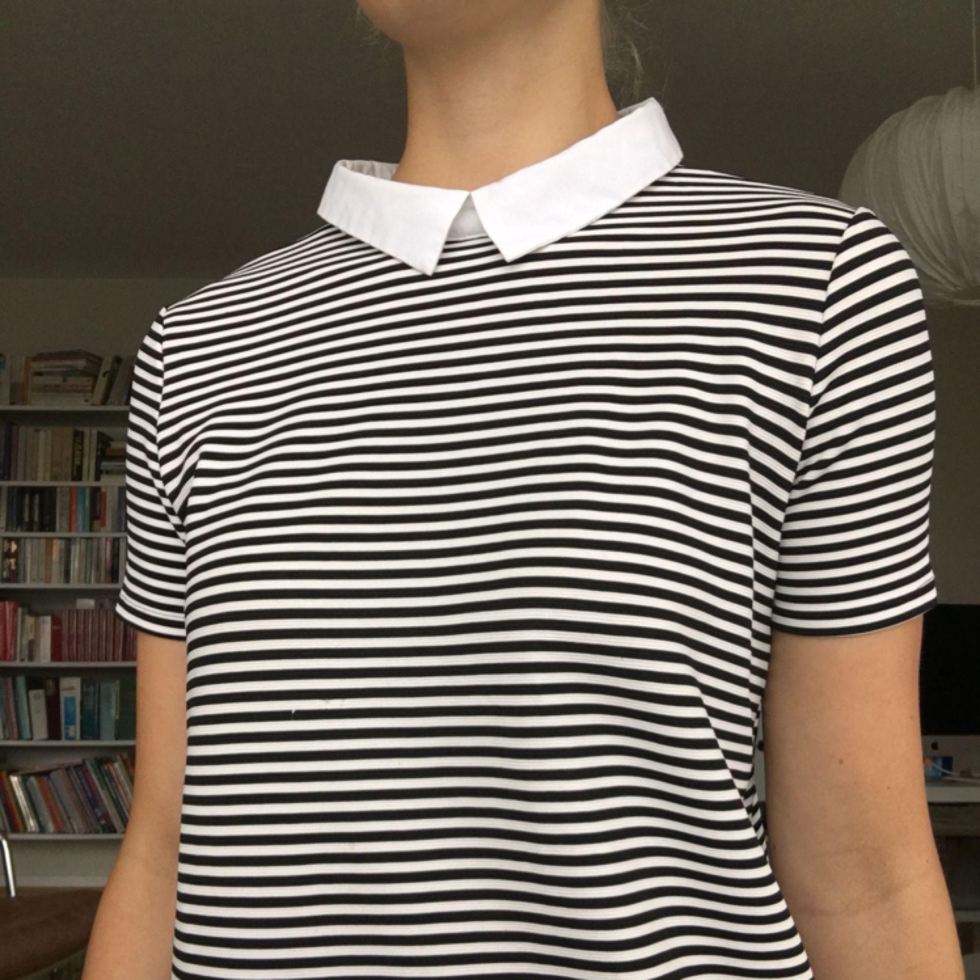 """Söt lite """"Wednesday Addams""""-liknande klänning från Trafaluc Spring & Summer 2017. Rak 60-talsmodellen och väldigt kort på mig (177cm). Kan mötas upp i Gbg annars står köparen för frakt<3. Klänningar."""