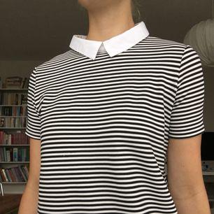 """Söt lite """"Wednesday Addams""""-liknande klänning från Trafaluc Spring & Summer 2017. Rak 60-talsmodellen och väldigt kort på mig (177cm). Kan mötas upp i Gbg annars står köparen för frakt<3"""