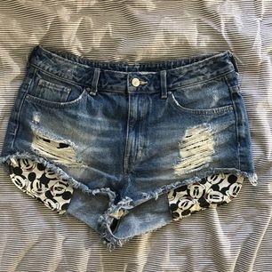 Ett par jättefina Musse Pigg shorts från HM. aldrig använda så dem är i väldigt fint skick. köparen står för frakten.