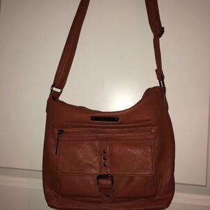 Läderväska (fake såklart!) med många fack. Mycket praktisk!