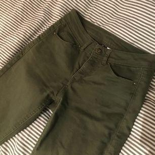 Mörkt gröna jeans som kommer vara supersnygga i höst!