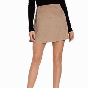 Så himla fin och classy kjol i suede från NLY trend. Passar perfekt nu i sommar eller i höst med ett par nylonstrumpbyxor under! Använd ett fåtal gånger