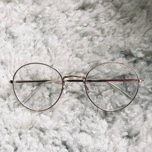 Clear sunglasses från h&m i guld. Så snygga men aldrig använda då jag inte passar i dem. Köpare betalar frakt, jag tar swish 💫