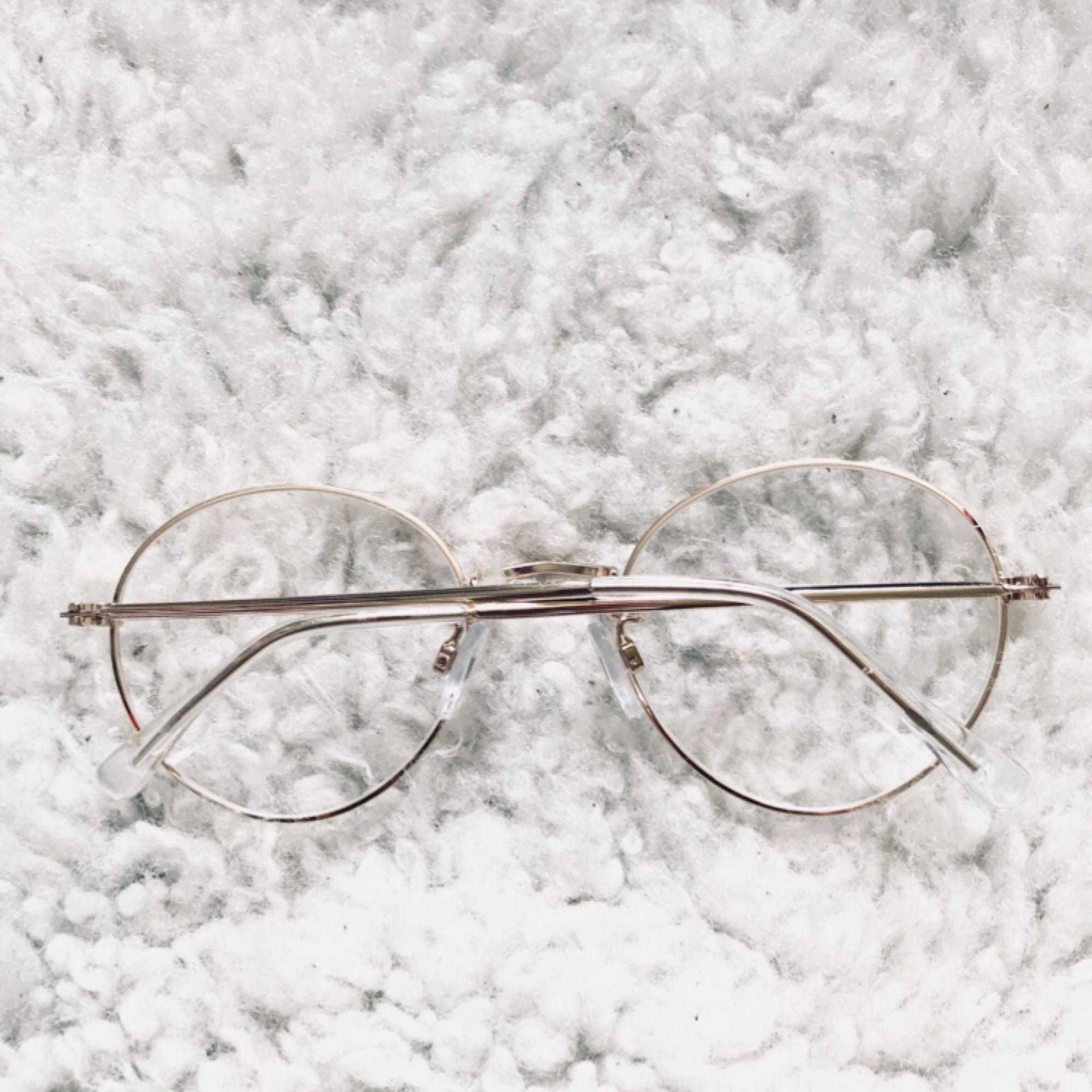 Clear sunglasses från h&m i guld. Så snygga men aldrig använda då jag inte passar i dem. Köpare betalar frakt, jag tar swish 💫. Accessoarer.