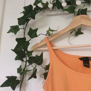 Jättefint linne ifrån H&M i en härlig aprikosfärg💖Bra skick! Står stl S, men passar också M. Ställ gärna en fråga eller kolla in min profil om det är något ni undrar över🌿
