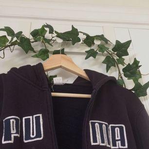 Coolaste Puma hoodien! Lite sliten, men funkar helt klart.💫 XL i junior stl, så sitter som en XS. Ställ gärna en fråga eller kolla in min profil om det är något ni undrar över💕