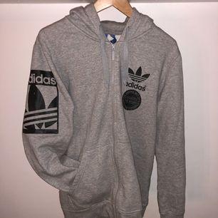 Adidas tjocktröja grå: M :- 120
