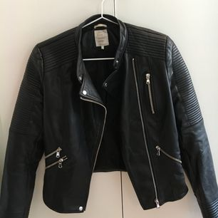 En skinnjacka(plast) från Zara.  Knappt använd då den är mer som en xs.  Sjukt snygg förövrigt!!