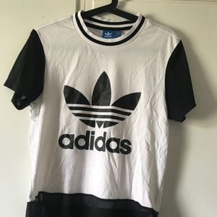 Adidas Originals t-shirt med mesh kant. Stl 34/XS, svart/vit! :) Köparen står för frakten!