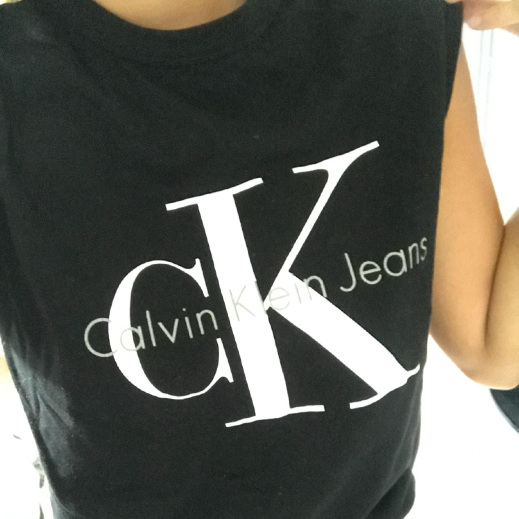 Svart Calvin Klein linne i stl 34, köpt på Nelly.com för 449kr knappt använt. :) Köparen står för frakten!. Toppar.
