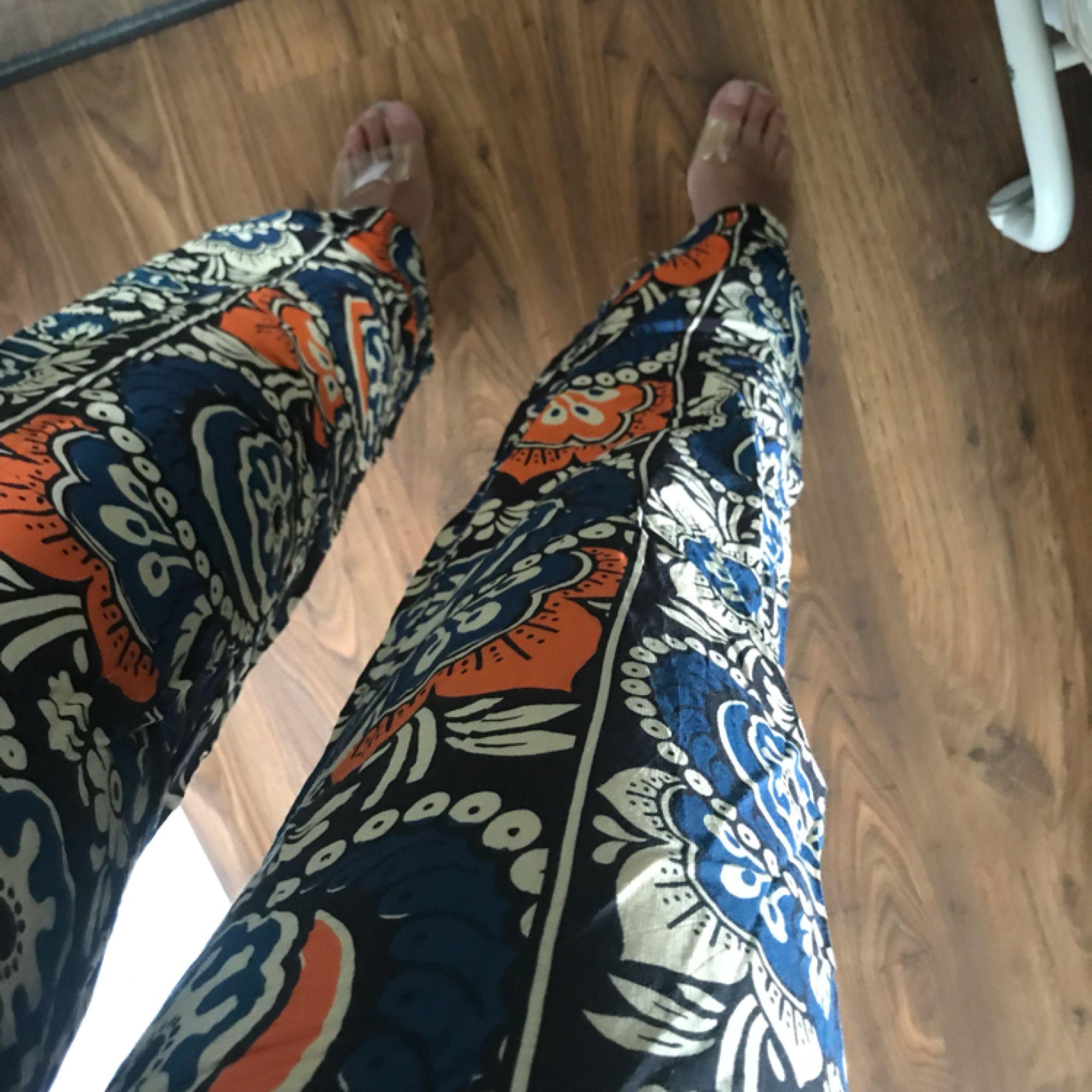 Flarebyxor ifrån H&M trend, ordinarie pris 499kr! 70-talsmönster i viskosmaterial, väldigt sköna. Stl 34:a liten dragkedja på sidan. Köparen står för frakten:) . Jeans & Byxor.