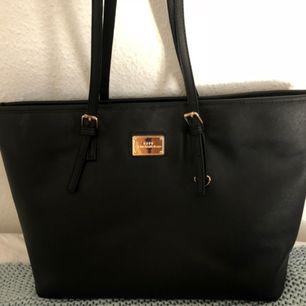 Superfin läderväska från NYPD.   • tappat lite färg på handtagen därav priset • nypris runt 700 • kan mötas upp men då blir det + 50 kr • annars frakt mellan 79-145 kr. Beror på