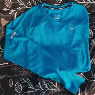 Nike löpartröja! Sparsamt använd.  (Finns även likadan i mörkare blå i storlek L och en svart kompression från adidas i ungefär storlek L)