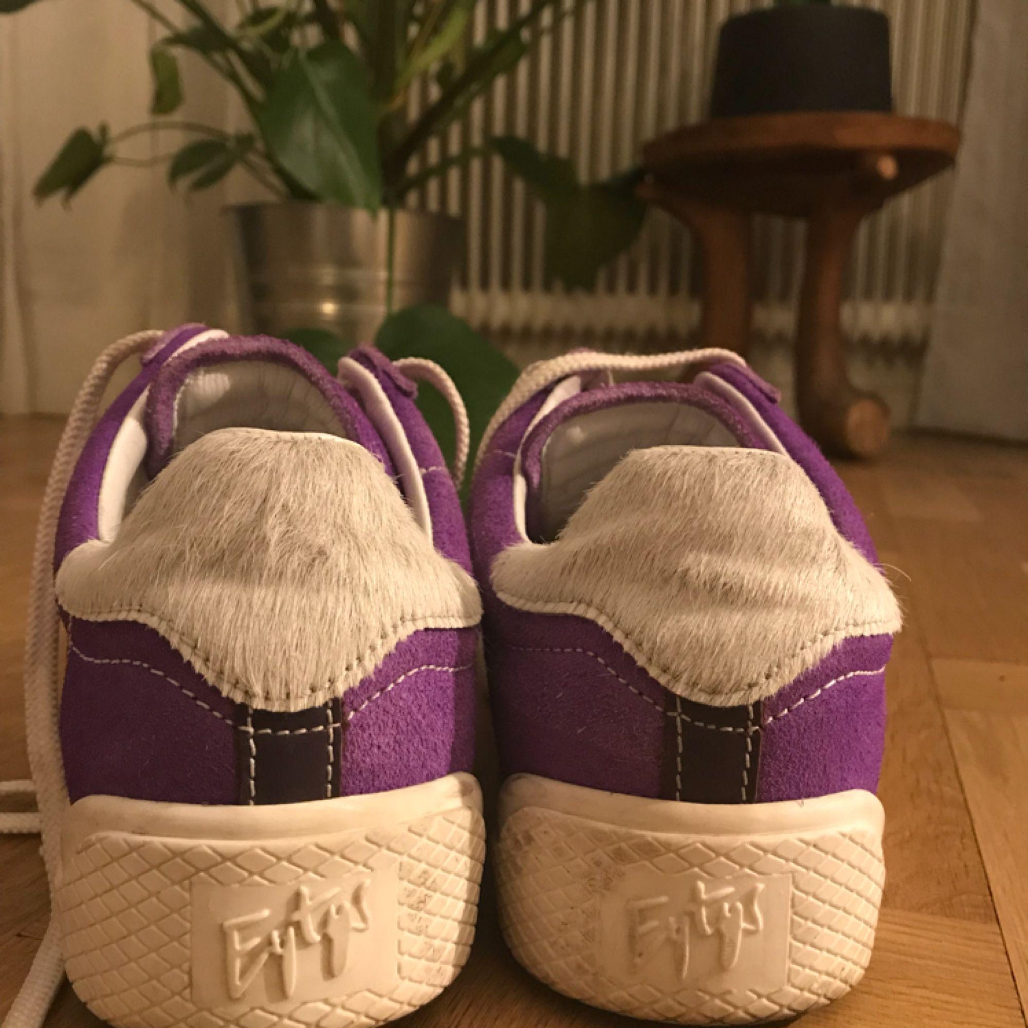 Eytys wave i färgen lila. Säljs inte längre så pass på :) använd ett fåtal gånger . Skor.