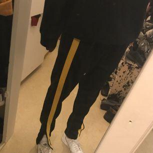 Byxor med gult revär från Zara