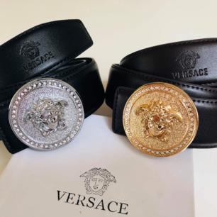 Versace skärp i högkvalite AAA-kopia med äktahets look Se bilder!  350kr st Ska det fraktas tillsammans med lådan blir det 390:- 💌  Så bjuder på 18kr av fraktkostnaden! 💌