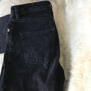 Supersnygga svarta, högmidjade jeans, med gråa/vita diskreta skiftningar. För stora för mig dessvärre, och vill därför sälja. Pris inklusive frakt.