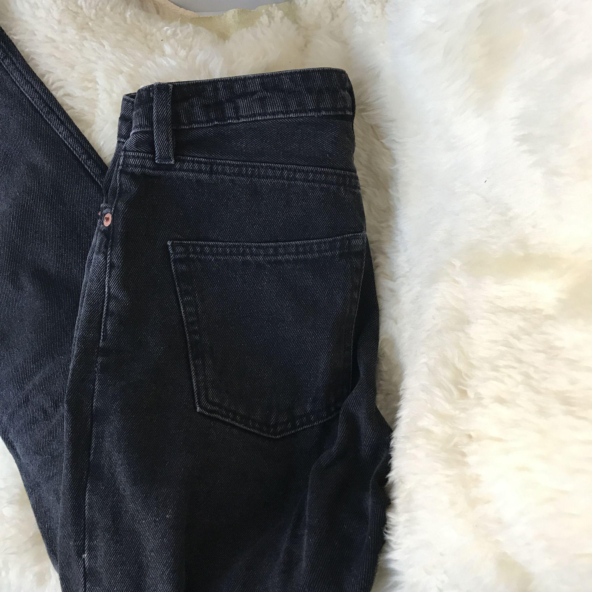 Supersnygga svarta, högmidjade jeans, med gråa/vita diskreta skiftningar. För stora för mig dessvärre, och vill därför sälja. Pris inklusive frakt. . Jeans & Byxor.
