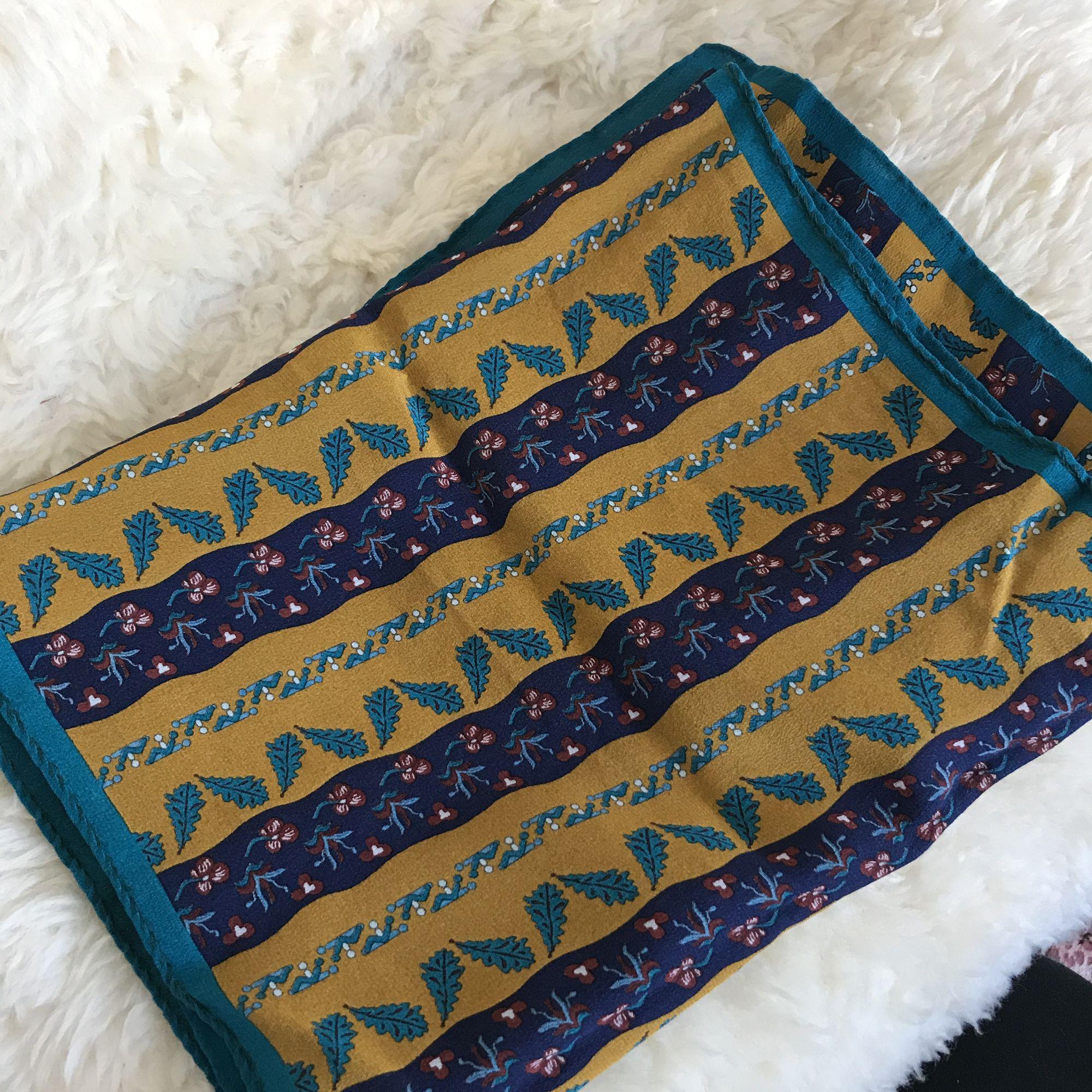 Mönstrad sjal i fina färger (senapsgul, mörkblå och hint av lila och mörkrött). Lite smalare på bredden, men passar utmärkt runt halsen som accessoar eller håret. Priset inkluderar frakt. . Accessoarer.